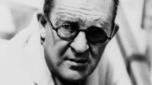 Regisseur John Ford mit Brille und Augenklappe.