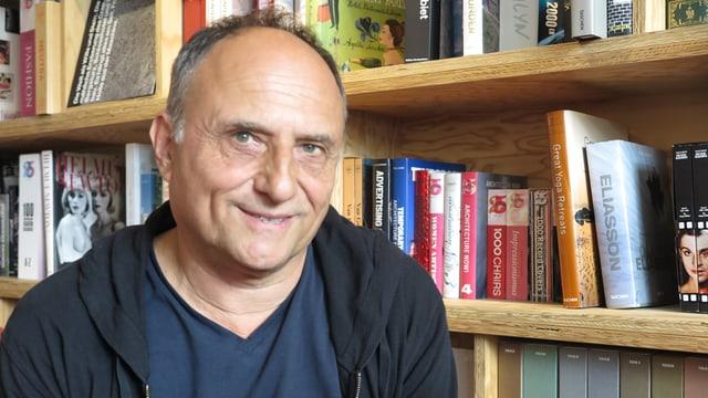 Christoph Schaub vor einer Bücherwand