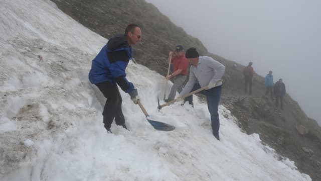 Freiwillige schaufeln im Pilatus-Gebiet einen Weg durch den Schnee.