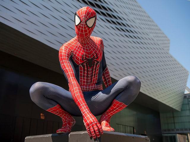 Mann als Spiderman verkleidet