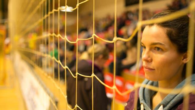 Eine Frau schaut durch ein Netz