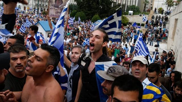 Demonstranten mit griechischen Flaggen