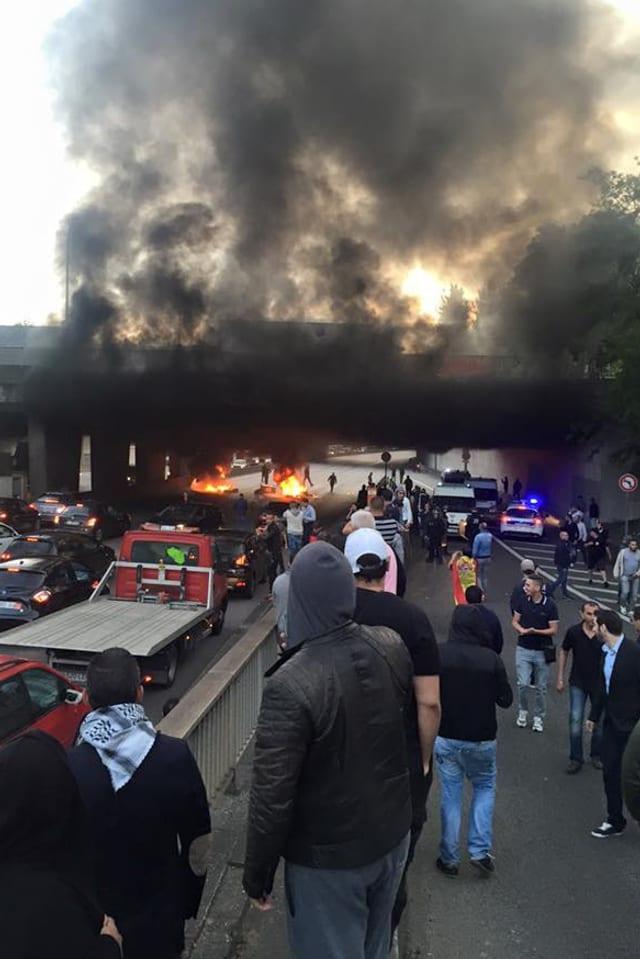 Brennende Autoreifen in Auto-Unterführung.