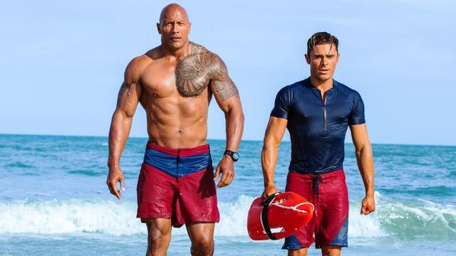 Zwei Muskel-Männer am Strand.
