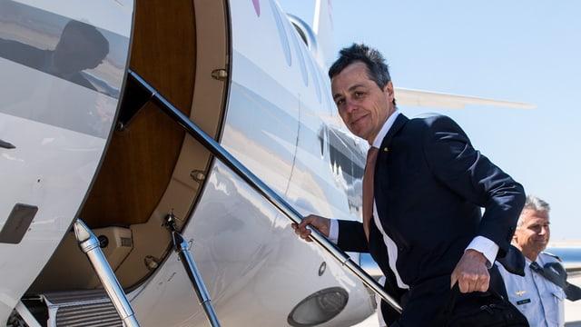 Ignazio Cassis besteigt ein Flugzeug.