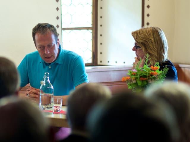 Moderatorin Bettina Böttinger im Gespräch mit Hans Pleschinsky vor Publikum.