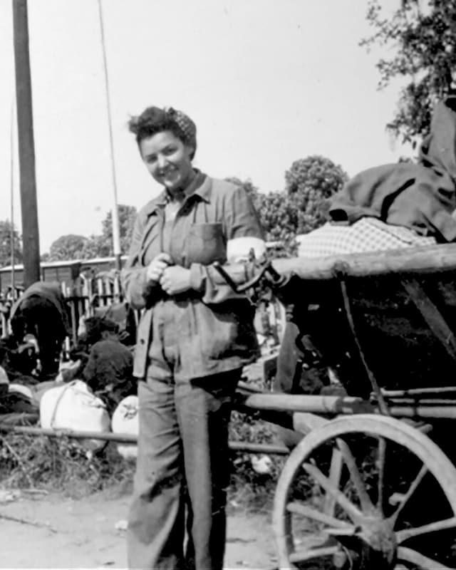 Schwarzweissbild einer 27-jährigen Frau mit Rotkreuz-Binde am Arm.