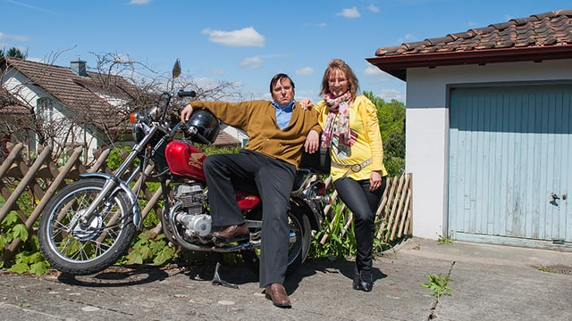 Herr und Frau Schneuwly vor ihrer Garage in Grosshöchstetten.