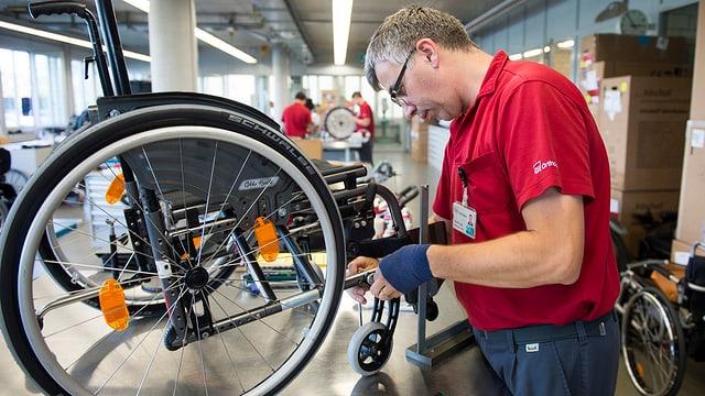 In mecanist da sutgas cun rodas en il center da la Fundaziun svizra per paraplegichers a Nottwil.