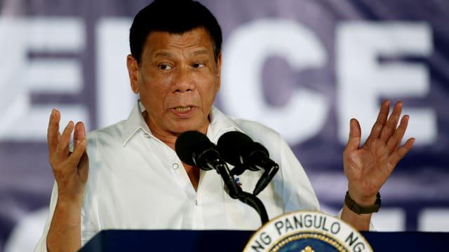 Duterte spricht in ein Mikrofon.
