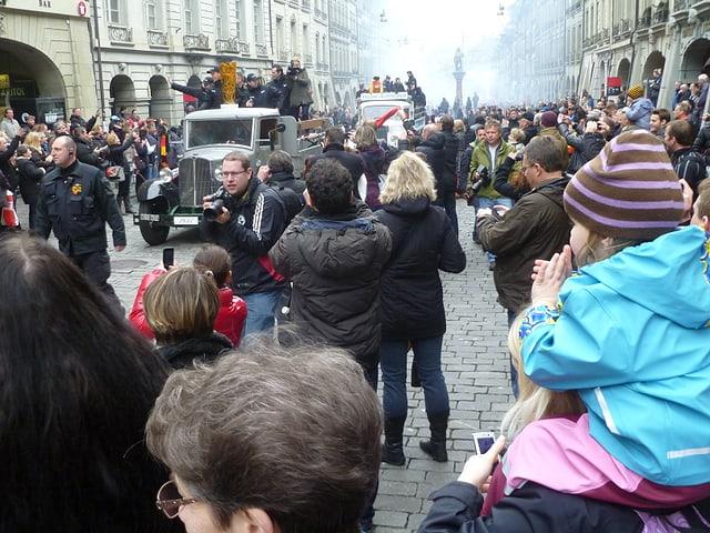 Der Konvoi fährt durch die Menschenmenge.