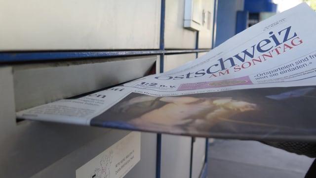 Die «Ostschweiz am Sonntag» wird in einen Briefkasten gelegt.