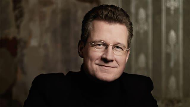 Historiker und Schriftsteller Philipp Blom, lächelnd im schwarzen Rollkragenpullover.