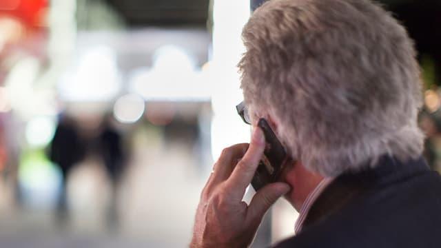 In um che telefonescha.