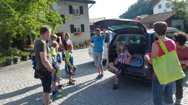 La gruppa da Sevgein curt avant la partenza en direcziun da Tavau.
