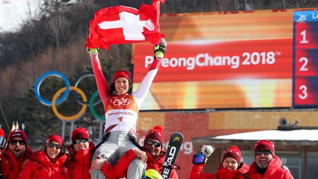 Wendy Holdener jubelt mit Schweizer Flagge