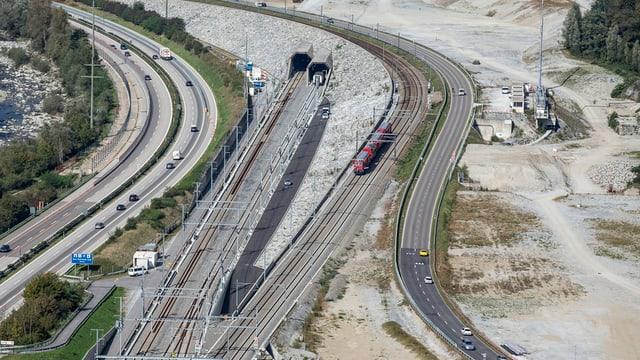 binaris da viafier sper l'autostrada, l'entschatta dal tunnel da basa dal Gottard