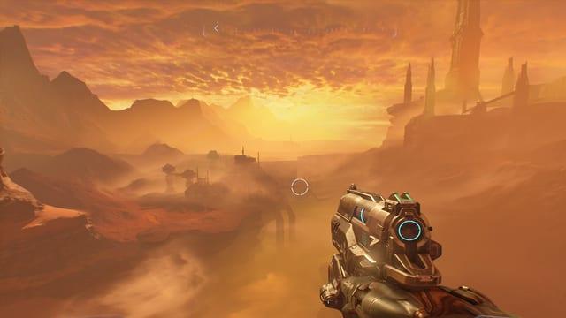 Wir blicken in einen rötlich-orange-gelben Sonnenuntergang auf dem Mars.