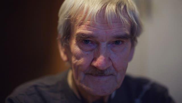 Ein Mann mit kurzen grauen Haaren.