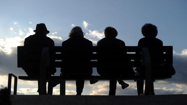 4 Personen von hinten auf Sitzbank