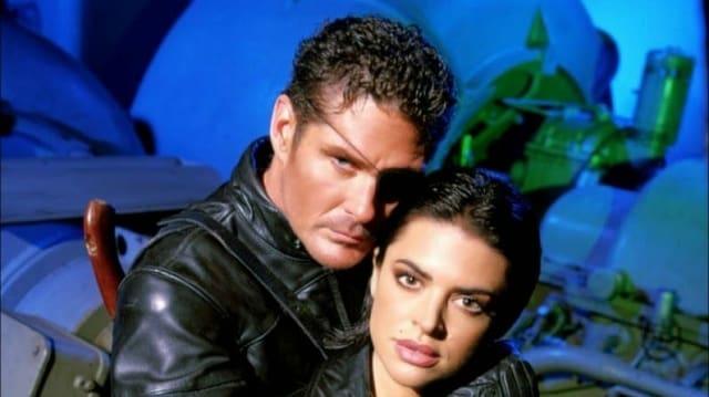 David Hasselhoff posiert als Nick Fury mit seinem weiblichen Sidekick auf dem Set.