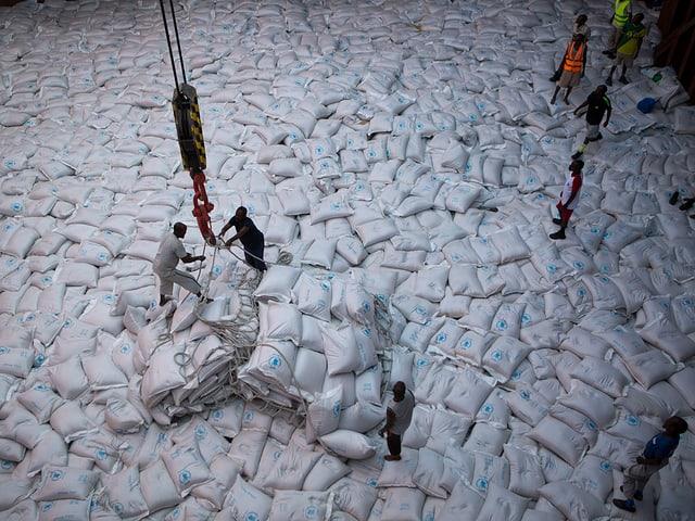 In Somalia belädt WFP ein Schiff mit Notrationen.