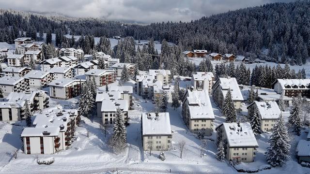 Ein Blick auf die verschneite Gemeinde Laax im Kanton Graubünden.