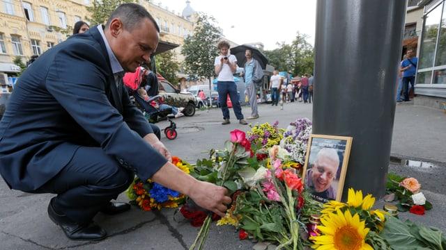 In um che metta fluras per il schurnalist Pavel Sheremt ch'è vegnì mazzà tar ina attatga d'ina bumba d'auto a Kiev il fanadur 2016.