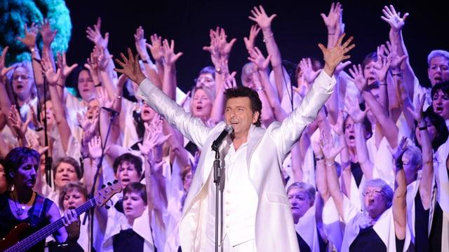 Bo Katzman mit Chor auf der Bühne.