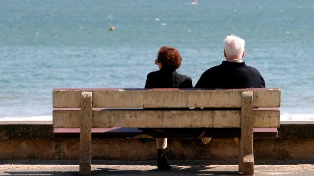 Ältere Menschen auf Bank sitzend