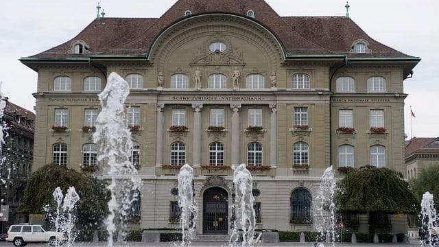 Das Gebäude der Nationalbank, davor das Wasserspiel in Bern.