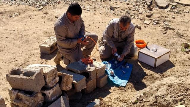 Mitarbeiter von Handicap International bereiten in der Provinz Kirkuk die Zerstörung eines gefundenen Sprengsatzes vor.