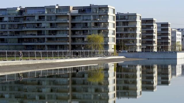 Die neuen Wohnblöcke spiegeln sich im künstlich angelegten Glattparksee.