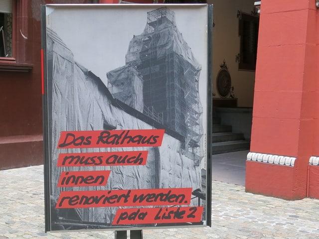 Ein Plakat zeigt das Rathaus in einem Baugerüst.