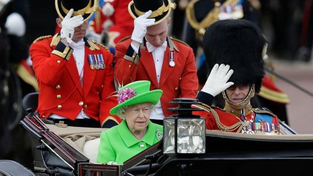 La Queen e ses um prinzi Philip en la charrotscha averta.