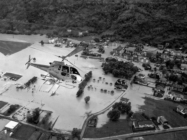 Helikopter fliegt über überschwemmtes Land