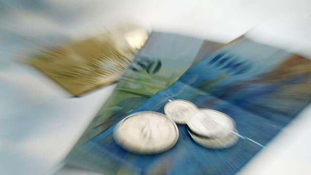 Bancnotas, munaida ed ina carta da credit.