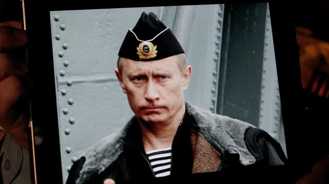 Putin in alter Marine-Uniform.