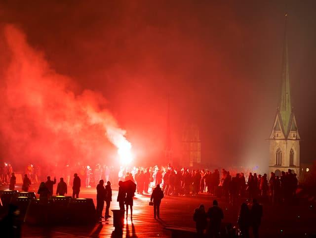 Silvesterfeuerwerk in Zürich. Menschen auf der Polyterrasse.