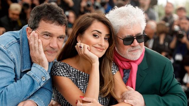 Antonio Banderas, Penélope Cruz und Pedro Almodóvar posieren für die Fotografen.