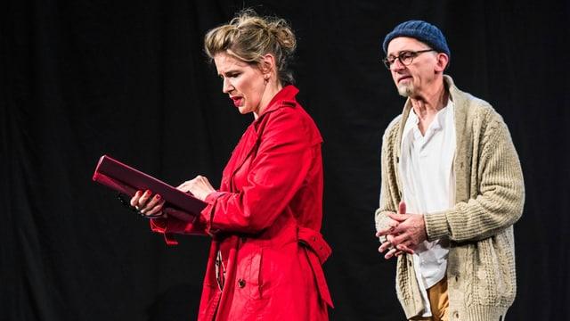 Mann und Frau auf einer Bühne