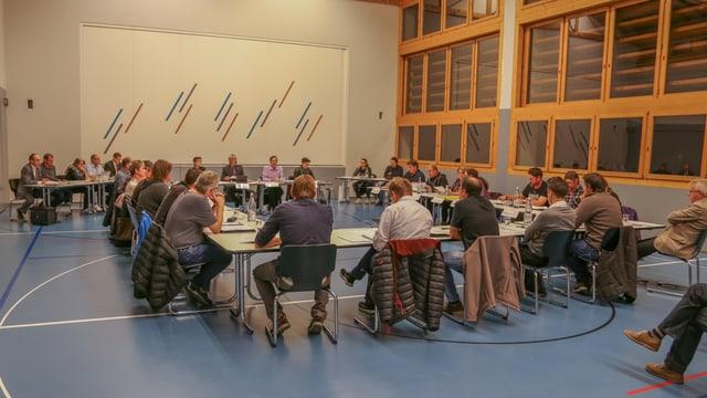 Il parlament da Glion en la sala da la scola da Sevgein.