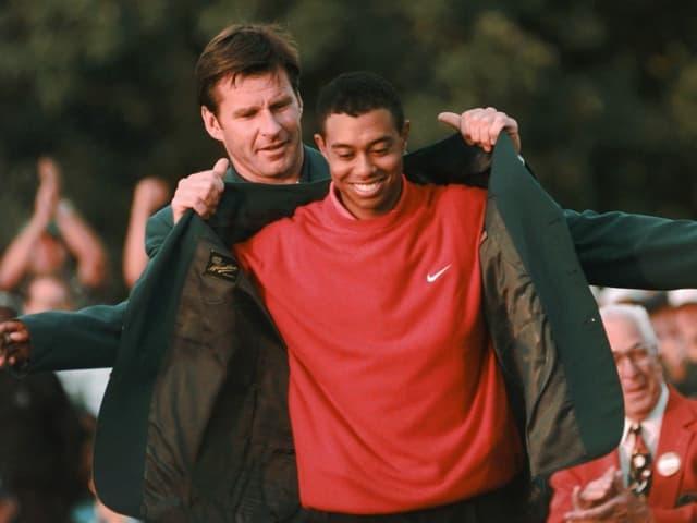 Woods erhält das grüne Jackett von Vorjahressieger Nick Faldo: US Masters in Augusta 1997.