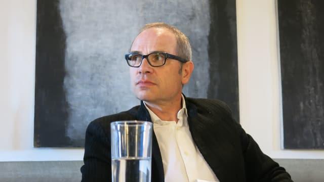 Thierry Steiert schaut nach links.