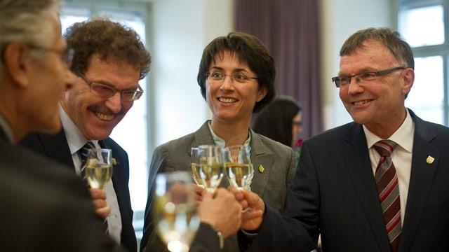 Thurgauer Regierung stösst mit einem Glas Weisswein an.