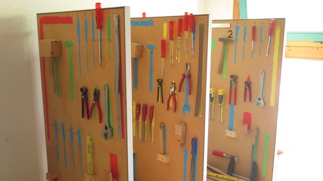 Werkzeuge an Bretterwand montiert.