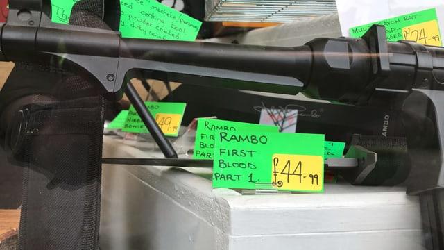 Das Rambo-First-Blood-Part-1-Messer im Schaufenster eines Ladens. Es kostet 44.99 Pfund.
