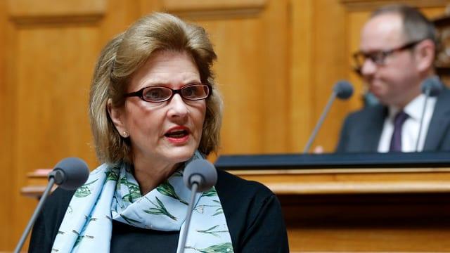 Purtret da Doris Fiala durant in pled en il parlament.