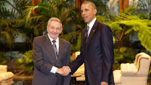 Castro und Obama begrüssen sich in Havanna per Handschlag.
