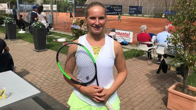 Frau mit Tennisschläger und Tennisdress.